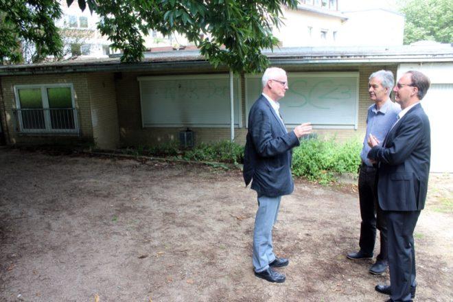 CDU-Fraktionsvorsitzender Volker Heuwinkel (rechts) im Gespräch mit den Schötmaraner Ratsmitgliedern Klaus-Peter Wind (links) und Michael Richter. Sie sind sich einig: Das marode Häuschen soll aus dem Schloßpark verschwinden.