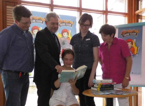 Foto von links: Axel Koch /Leiter der Stadtbücherei, Bürgermeister Dr. Reiner Austermann, Patricia Meier, Bibliothekarin Annika Junge und Brigitte Kubis (ehrenamtliche Zuhörerin im Projekt)