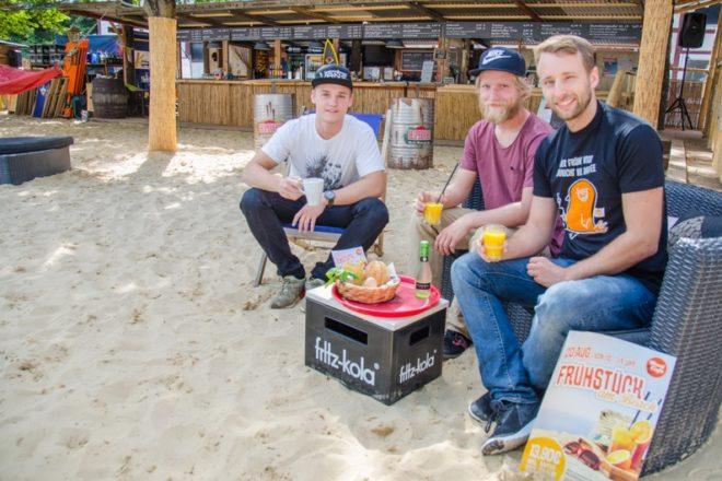Freuen sich auf viele Gäste zum Frühstück am Strand (v.l.): Jannik Bruns, Robin Emde und André Klostermeier vom Beat Café.