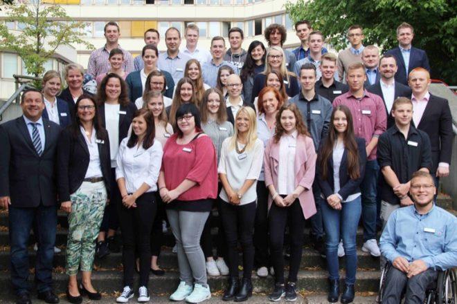 Starten nun mit Freude in ihr Berufsleben. Dr. Axel Lehmann und Silke Hammermeister begrüßen die 37 neuen Azubis im Kreishaus.