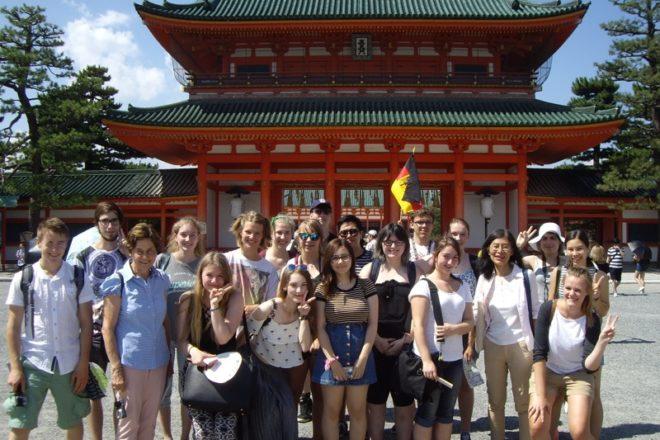 Die Gruppe ist auf dem Foto vor dem Heian Schrein in Kyoto zu sehen.
