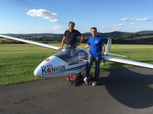 v.l. Stefan Koprek (Fluglehrer & Kunstflugtrainer), Nelkenkönigin (SZD-59 Acro), Mirko Mattke