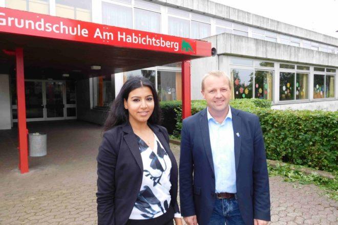 """Von links: Emna Moumeni (Mobilitätsmanagement KVG Lippe) und Bürgermeister Mario Hecker an der Grundschule """"Am Habichtsberg"""" in Langenholzhausen"""
