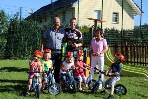 (v.l.) Lara (4), Mika (4), Melissa(3), Michelle (3) und David (3) dürfen die Räder als erstes ausprobieren, hinten: Marcus Püster, Karsten Wiese und Marion Gurcke