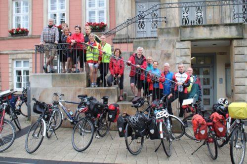 Auf dem Foto sehen die Radgruppe des ADFC mit der stellvertretenden Bürgermeisterin Christ-Dore Richter (Oben links) bei der Verabschiedung vor dem Detmolder Rathaus