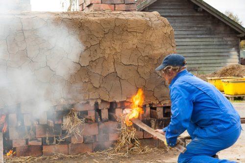 Rund um die Uhr musste der Ziegler den Brand überwachen und die Schürgassen mit Brennstoff versorgen. Foto: LWL