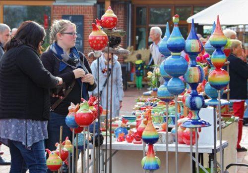 Auf dem Töpfermarkt des LWL-Ziegeleimuseum Lage präsentieren professionelle Keramiker ihre Stücke. Foto: LWL