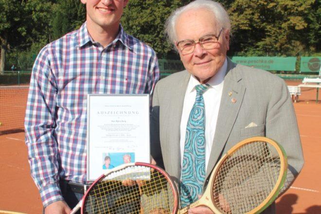 Zwei Sportler, die für zwei erfolgreiche Generationen im Paderborner Tennis stehen: Heinz Weritz (rechts) schuf zusammen mit seiner Ehefrau Anne eine Sportstiftung und ehrte nun Björn Berg (links) für dessen sportlichen Erfolge und seine Vorbildfunktion.