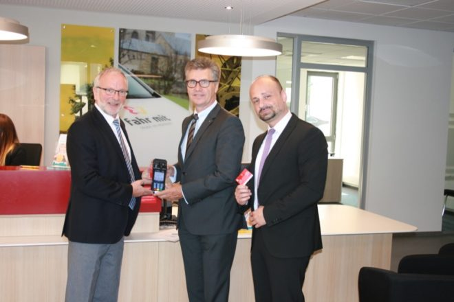 Foto v. l. n. r.: Udo Wiemann, VPH; Hubert Böddeker, Vorstandsmitglied Sparkasse Paderborn-Detmold; Serkan Durgun, electronic banking Sparkasse Paderborn-Detmold