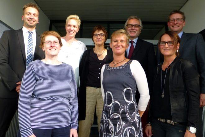 AOK-Regionaldirektor Bernd Marchlowitz (rechts) freut sich mit den Jubilarinnen (v.r.): Katja Siekmeier, Wolfgang Pontow (Verabschiedung), Alexandra Pawletta, Kerstin Mehlich, Jana Weitzel, Verena Schlieker und Thorsten Geffers (Personalrat)