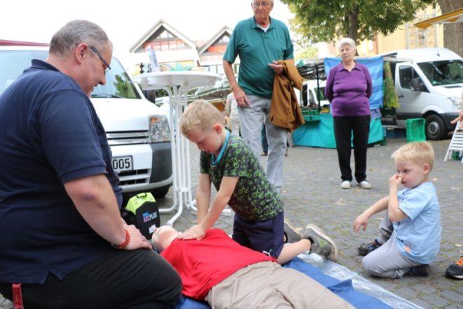 Ohne Scheu versucht sich Constantin Clamors an der Herz-Lungen-Wiederbelebung – Andreas Skalecki zeigt ihm, wie es geht.