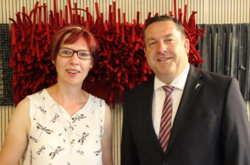 Freut sich über außergewöhnliche Werke einer bemerkenswerten Künstlerin: Landrat Dr. Lehmann (rechts) mit Künstlerin Anni Fischer im Casino im Detmolder Kreishaus.