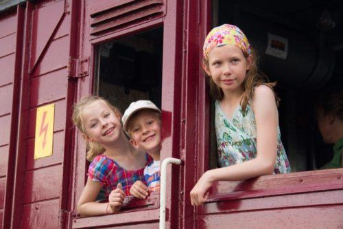 charlotte-v-l-sven-und-anna-freuen-sich-auf-die-mitfahrten-im-fu%cc%88hrerstand-der-e-lok-beim-bahnhofsfest