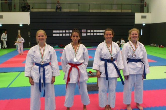 Das Foto zeigt die Sieger der Kata-Juniorinnen (v.L.) Miriam Körfer, Miriam Wall, Helene Wetter und Anike Heikroth.