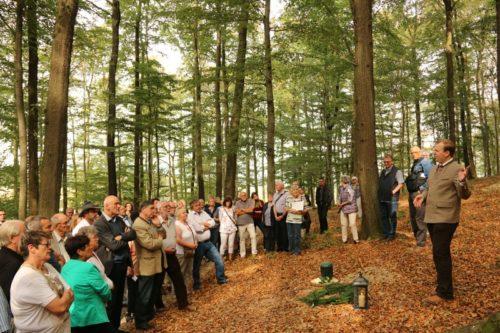 RuheForst-Ansprechpartner Florian Dowe (rechts) erklärt den Teilnehmern der Eröffnungsfeier das RuheForst-Konzept.