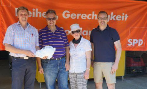 v.l. Jürgen Berghahn, Falk Niehage, Barbara Gerber und Henning Welslau und freuen sich über eine gelungene Veranstaltung im Freibad in Dörentrup