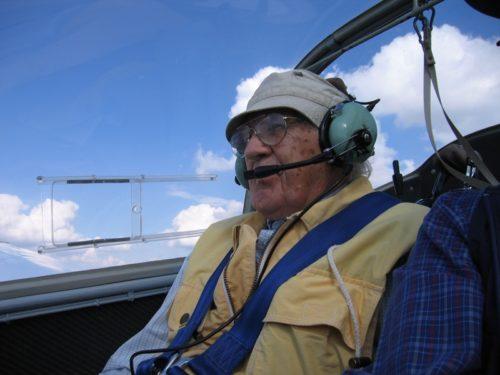 Das Foto zeigt Helmut Brand in unserem früheren Motorsegler während eines Ausbildungsfluges.