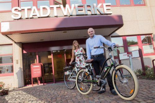 Petra Harms und Stephan Schröder vom Marketing der Stadtwerke präsentieren die neuen E-Bikes.