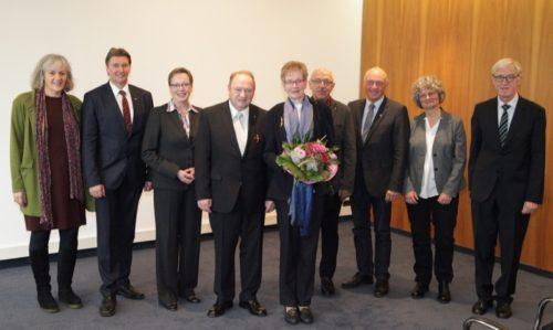 Mehr als 30 Gäste haben Rolf Schmidt (4. von links) für die Auszeichnung mit dem Bundesverdienstkreuz 1. Klasse gratuliert. Mit dabei (von links): Karin Marciniak (Lippische Kontakt- und Informationsstelle für Selbsthilfe), NRW-Landtagsabgeordneter Jürgen Berghahn, Regierungspräsidentin Marianne Thomann-Stahl, Sigried Schmidt, Karl-Heinz Wesemann (Landesverbandsvorsitzender der Freundeskreise für Suchtkrankenhilfe), Klaus Geise (Bürgermeister Blomberg), Ute Krasnitzky-Rohrbach (Bundesverband der Freundeskreise für Suchtkrankenhilfe) und Dr. Rolf Dieckhoff.