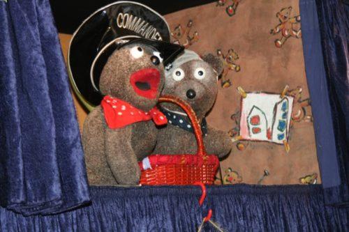 Das Foto zeigt die Bären Johannes und Stachel (Dorothee Schmitz und Heiner Kämmer) und den Liedermacher Erwin Grosche.  Quelle: WDR