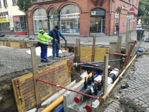 """Bauleiter Tiefbau Thomas Schramm (links) gibt letzte Anweisungen im Bereich """"Am Markt / Wenkenstraße""""."""