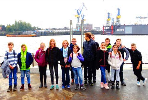 Kinder und Jugendliche der Herbst-Ferienspiele des Jugendzentrums Blomberg unternehmen eine Tagesfahrt zum Miniatur-Wunderland in Hamburg.