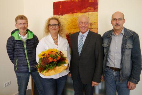 Fachbereichsleiter Rüdiger Winter, Bürgermeister Klaus Geise und der Vorsitzende des Personalrates, Winfried Kipke (von links) gratulieren Gabriela Dönau zum 25jährigen Dienstjubiläum bei der Stadt Blomberg.