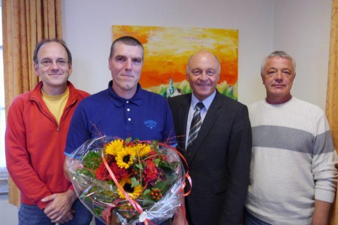 Stellvertretender Fachbereichsleiter Harald Wagner, Bürgermeister Klaus Geise und Personalratsvertreter Uwe Siekmeier (v.l.) gratulieren Peter Matschke (2.v.l.) zum 25jährigen Dienstjubiläum.