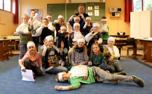 Ersthelfer mit Begeisterung – die Schüler der Offenen Ganztagsschule in Reelkirchen haben bei Marina Bultmann das richtige Verbinden gelernt.