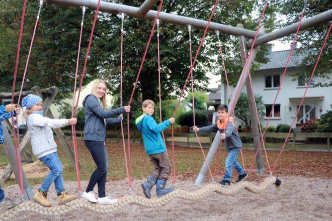 von Links: Maya Wachtel (8), FSJ-lerin Anna-Lena Rieks, Paul Schüring (9) und Phil Berninger (8).