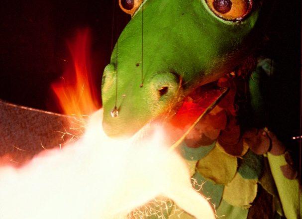 Am Ende wird alles gut – der kleine Drache Floritzel spuckt prächtiges Feuer. Foto:  Puppentheater Pulcinella