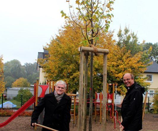 Auf dem Foto sehen Sie Friedrich Brakemeier/Vorsitzender Lippischer Heimatbund (links) und Bürgermeister Rainer Heller beim Pflanzen der Winterlinde
