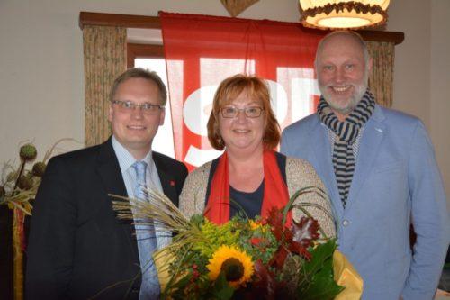 Dennis Maelzer(links) und Roger van Heynsbergen (rechts) gratulierten der SPD-Kandidatin Petra Rode-Bosse zu ihrem guten Wahlergebnis