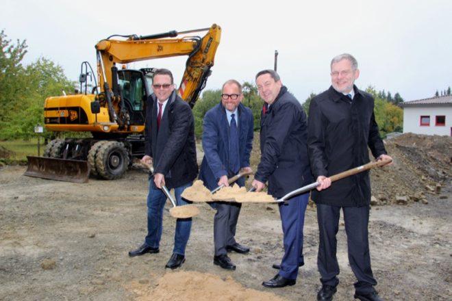 Greifen zum Spaten (von links): Elmar Wöstenkötter, Jörg Düning-Gast, Landrat Dr. Axel Lehmann, Bürgermeister Dr. Reiner Austermann.