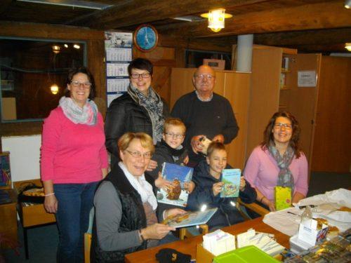 Auf dem Photo: v.l. Sandra Popowski, Doris Peschel, Petra Pischczan mit Kindern, Hans Bentler und Marina Gerkensmeier