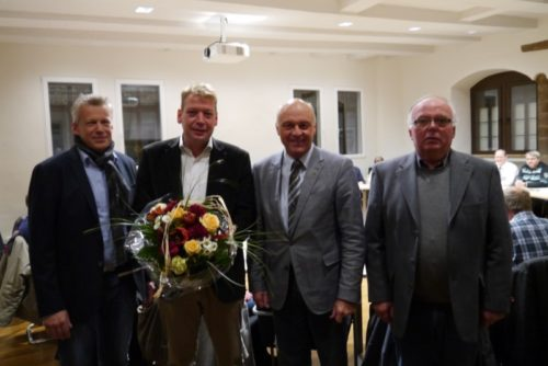 Bürgermeister Klaus Geise verabschiedet Jörg Kleinsorge (2.v.l) aus dem Blomberger Stadtrat und begrüßt mit Andreas Silge (links) und Helmut Schröder (rechts) zwei neue Ratsmitglieder.