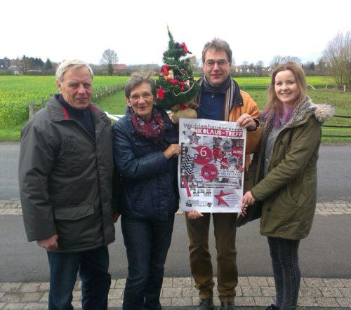 Auf dem Foto (von links):Fritz Mahlmann, Margret Gövert, Olaf Hanke und Benita Henning vom Bürgertreff-Team stellen das Plakat zum Nikolaustreff vor