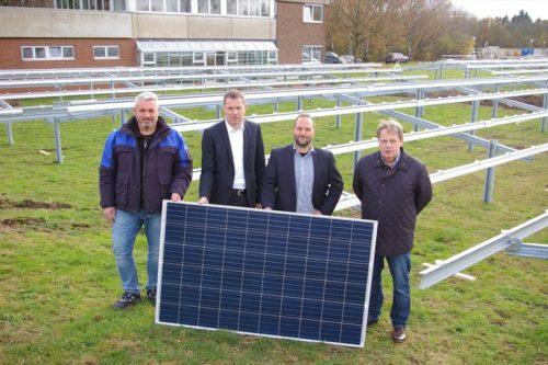 Robert Erzenjak (Stadt Bad Salzuflen), Frank Lohmeier, Tobias Elsner (beide Stadtwerke) und Thomas Meise (Stadt Bad Salzuflen) freuen sich auf die Fertigstellung der Anlage (v.l.n.r.).