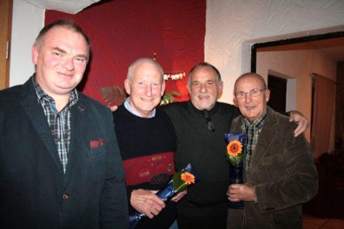 Gratulation an die langjährigen CDU-Parteimitglieder: (v. links) Jens Sommer (neu gewählter stellvertretender Vorsitzender), Manfred Wieneke (45 Jahre Mitglied), Klaus Nolting (Vorsitzender) und Günter Dindas (45 Jahre Mitglied).