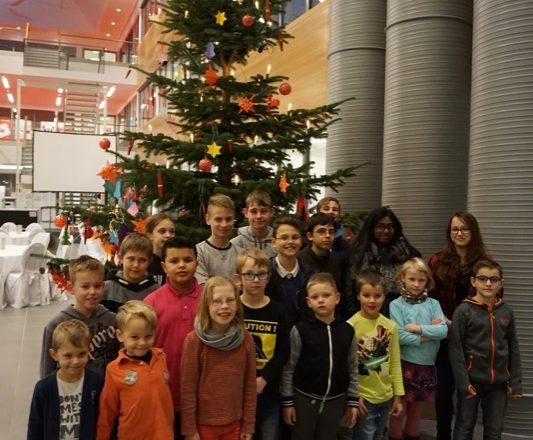Hatten viel Spaß beim Schmücken: Die Kinder und Jugendlichen aus Grünau-Heidequell und die CIIT-Mitarbeiter-Kinder dekorierten gemeinsam die beiden Wunschbäume im Atrium des CIIT.