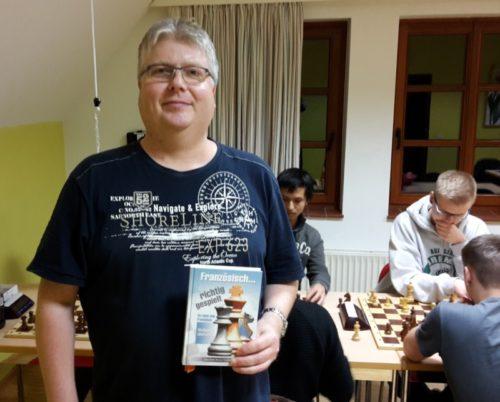 """Foto: Volker Dittert mit seinem Gewinn """"Französisch richtig gespielt"""""""