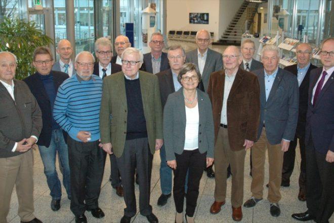 13 Lippische Senior-Experten trafen sich zum alljährlichen Erfahrungsaustausch in der IHK Lippe. Seitens der IHK mit im Bild Hauptgeschäftsführer Axel Martens (1.v.r.), Geschäftsführerin Maria Klaas (erste Reihe, 4.v.l.) und Gründungsberater Frank Lumma (3.v.l.)