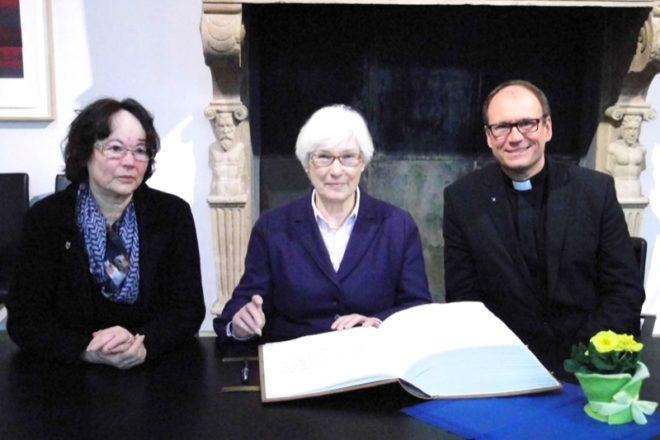 Dr. Irmgard Schwaetzer (Mitte) trägt sich im Beisein von stellv. Bürgermeisterin Veronika Sauerländer und Superintendent Andreas Lange in das Goldene Buch der Alten Hansestadt Lemgo ein